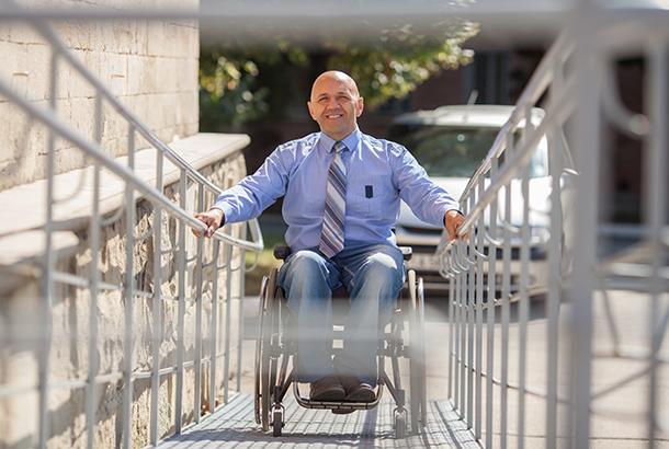 1791_834_312020072_man-die-in-rolstoel-op-hellingbaan_610x410